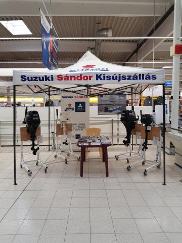 Csónakmotorok kiállítása a Téglagyár úti TESCO-ban Szolnokon